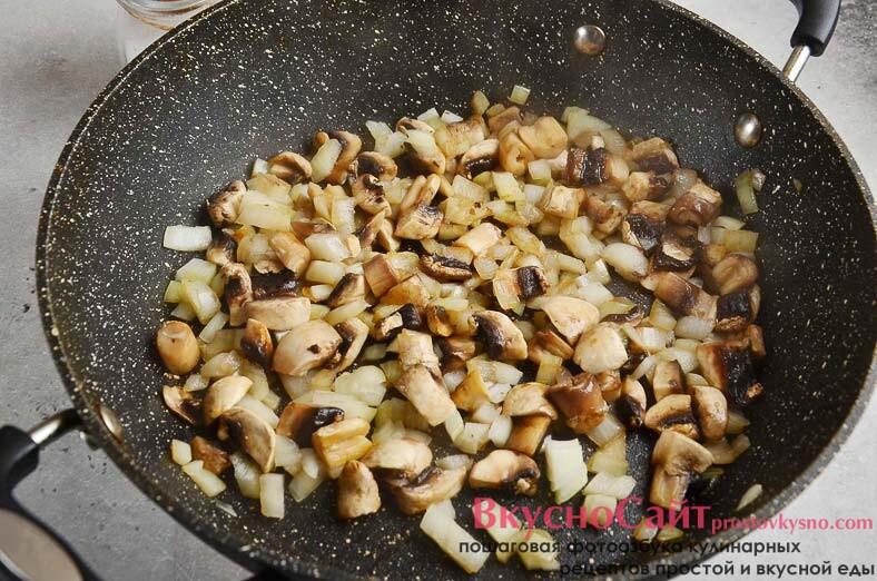 отправляю в сковороду нарезанные грибы и нарезанную луковицу, обжариваю на растительном масле минут 5-6
