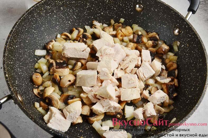 вареное куриное филе мелко нарезаю и отправляю к грибам