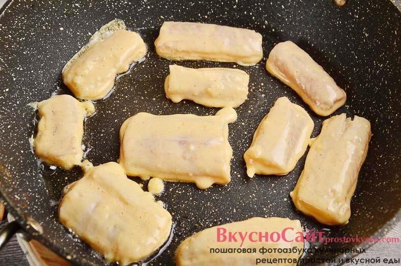 на сковороде раскаляю рафинированное масло и выкладываю заготовки в кляре, жарю минуты 4