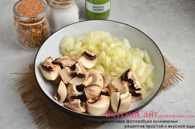 пока жарится картофель, чищу и измельчаю лук и грибы