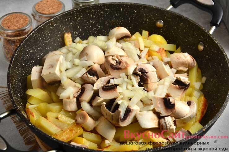 спустя примерно четверть часа перекладываю в сковороду лук и грибы, немного солю, перемешиваю и продолжаю жарить