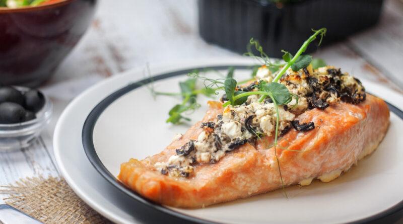 Лосось, запеченный в духовке с сыром фета и оливками