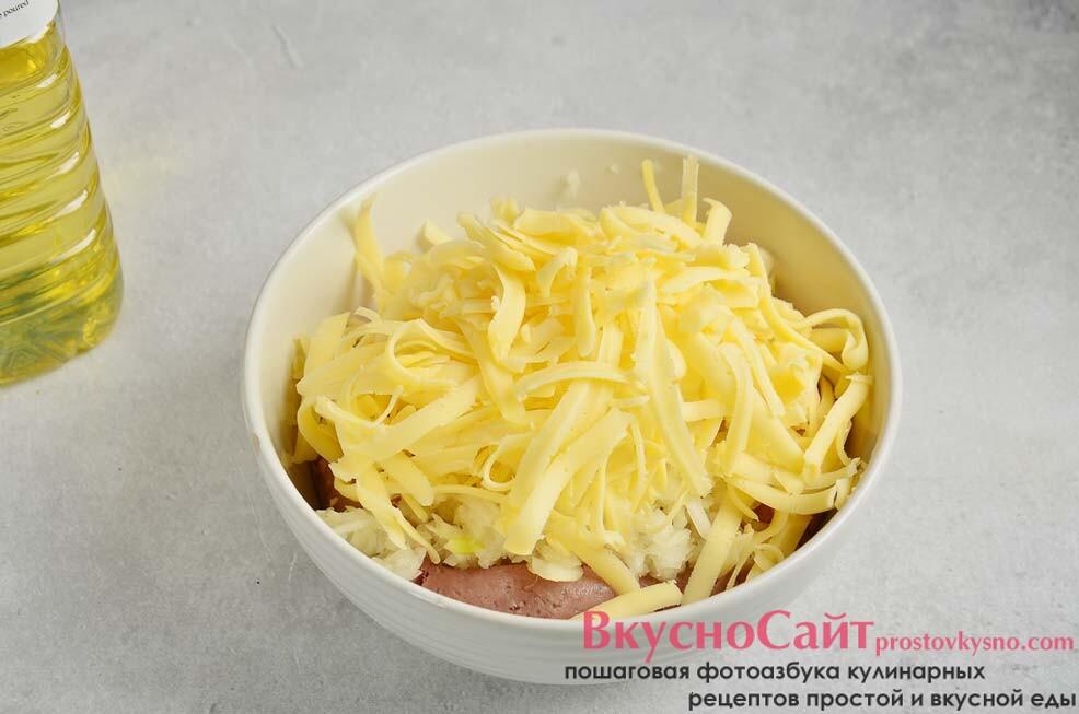 твердый сыр тру и кладу в миску с фаршем