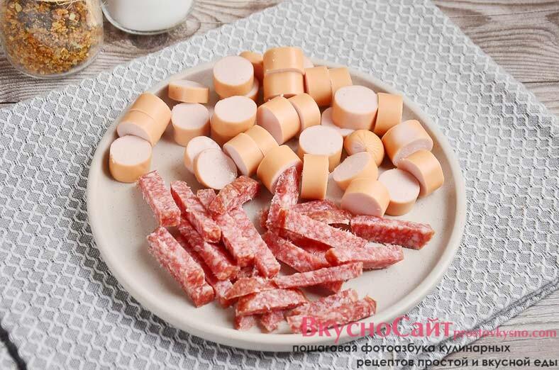 колбасу и сосиски очищаю от оболочек и мелко нарезаю