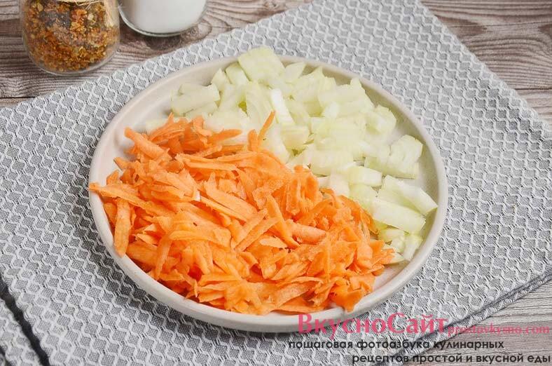 лук и морковь чищу, затем лук мелко крошу, а морковь тру