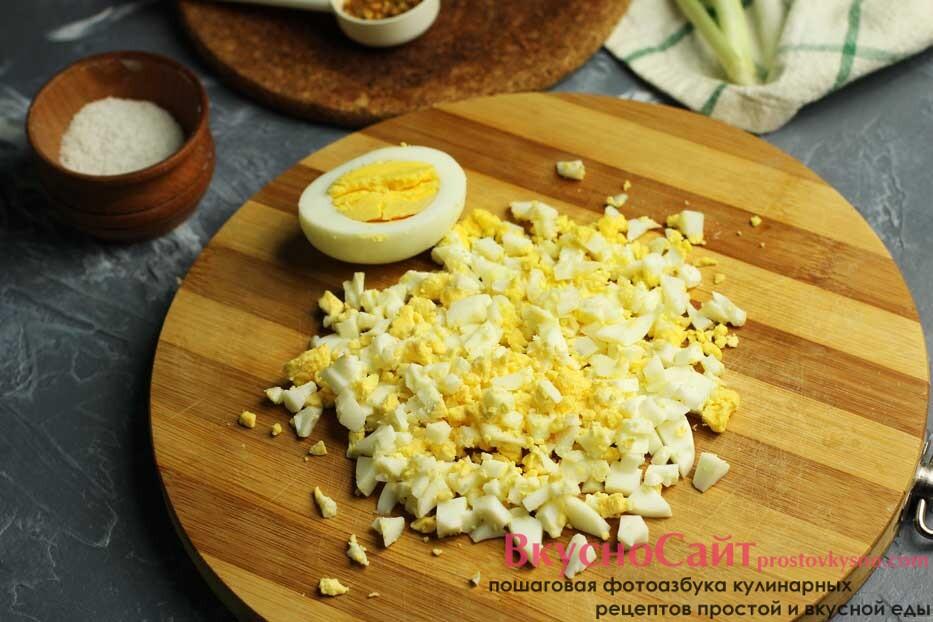 яйца чищу от скорлупы и мелко нарезаю острым ножом