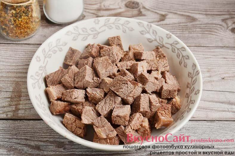 мясо нарезаю кубиками и возвращаю в кастрюлю, солю борщ по вкусу и варю еще 15 минут