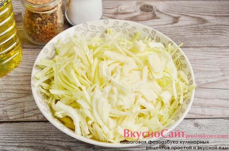 пока варится бульон, тонко шинкую капусту и через час добавляю ее в кастрюлю