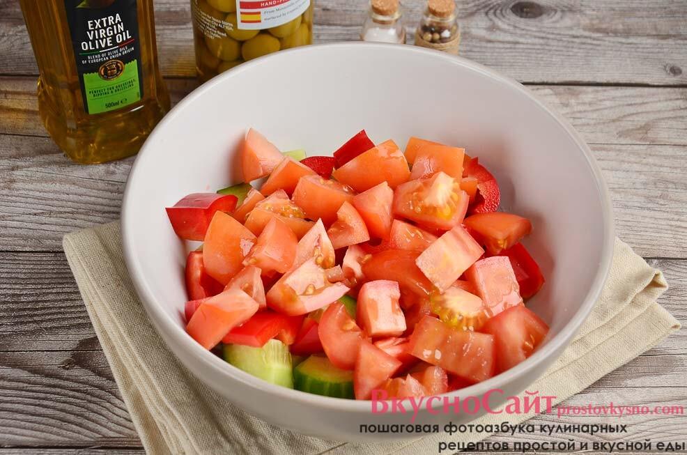 нарезаю аналогичными кусочками спелый томат