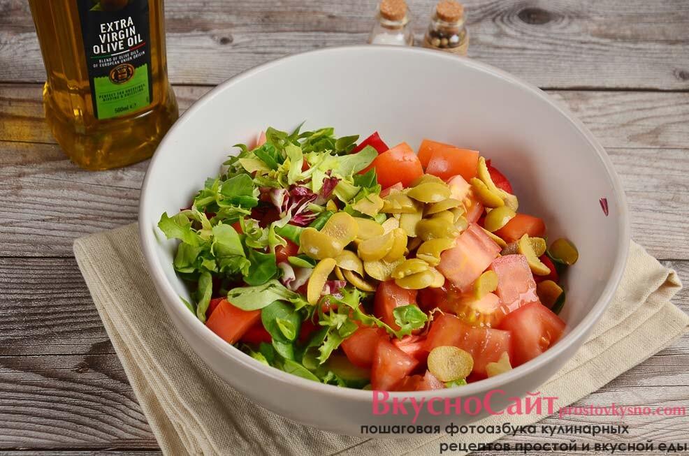 разрезаю оливки пополам и добавляю в греческий салат