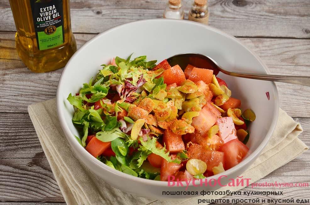 добавляю соль, специи и заправляю греческий салат растительным маслом