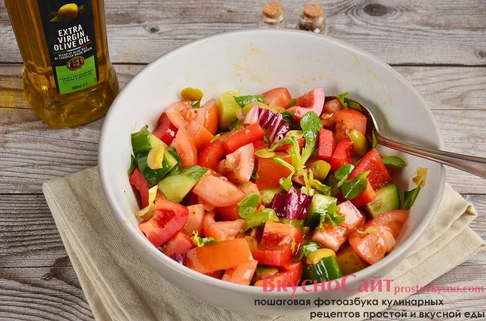 перемешиваю салат и пробую – достаточно ли соли, специй