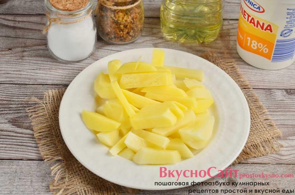 очищенный картофель нарезаю тонкой соломкой