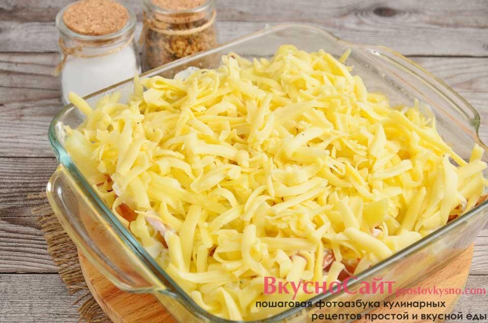 из натертого сыра формирую верхний слой, отправляю в разогретую до 180 градусов духовку на 25 минут
