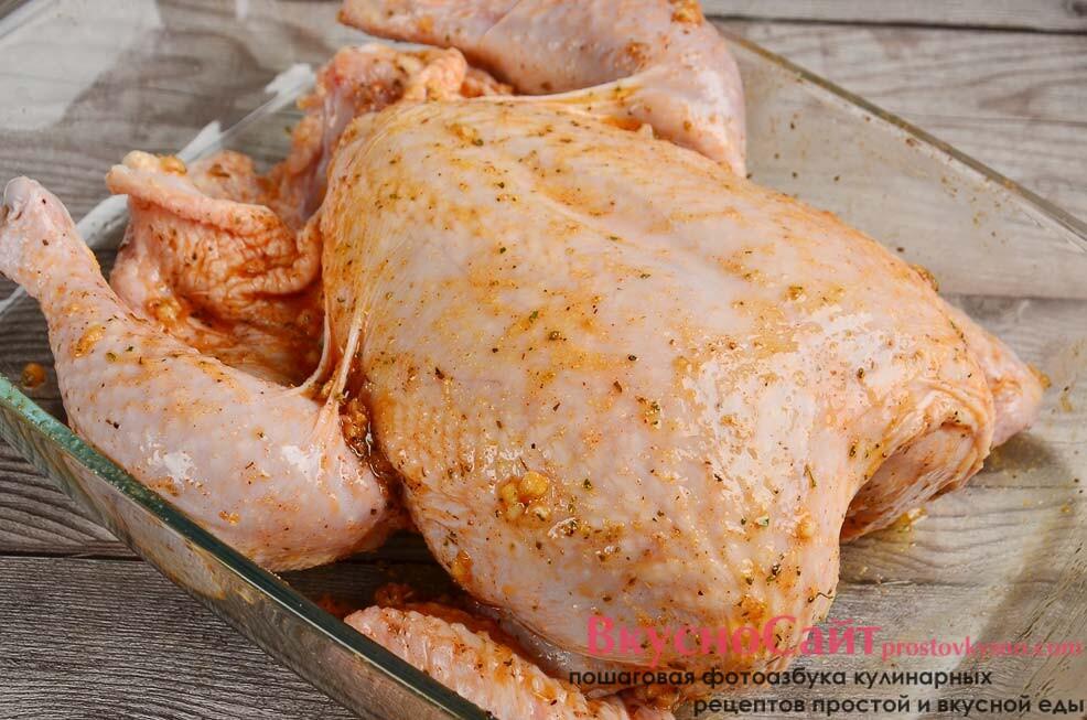 курицу мою, убираю влагу салфетками, выкладываю ее в форму для запекания и натираю ароматной маслянистой массой со всех сторон и изнутри