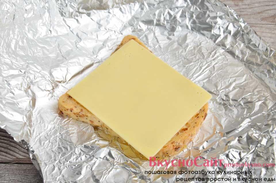 кладу хлеб на фольгу, накрываю ломтиком сыра