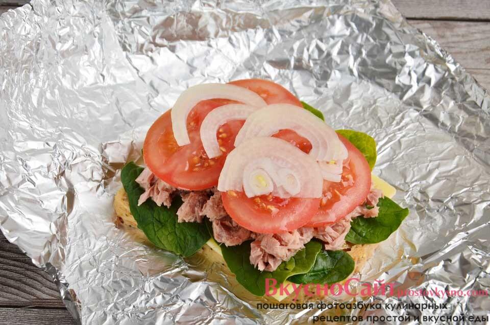 помидор и очищенную луковицу нарезаю тонкими слайсами, кладу на рыбу