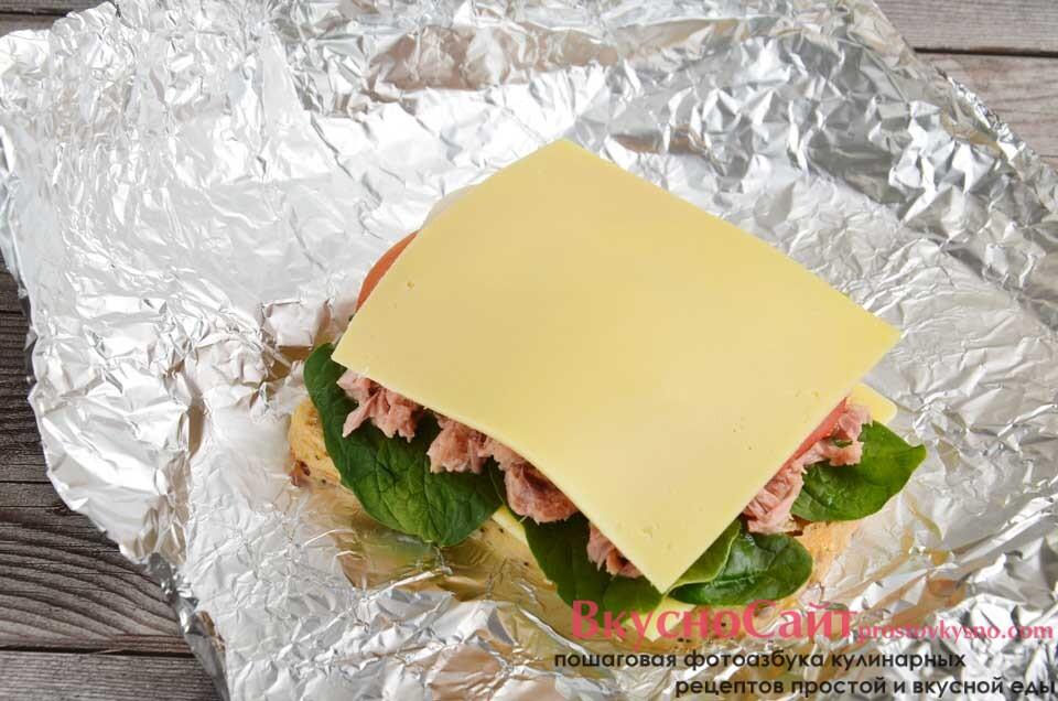 накрываю помидоры и лук сыром