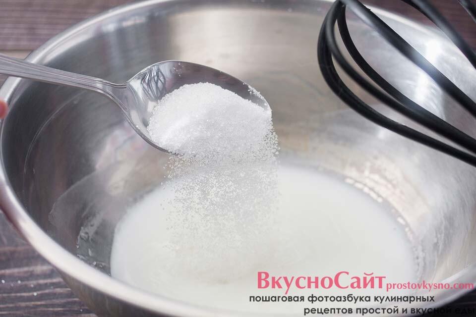 молоко подогреваю, чтобы оно было теплым и добавляю в него одну столовую ложку сахара