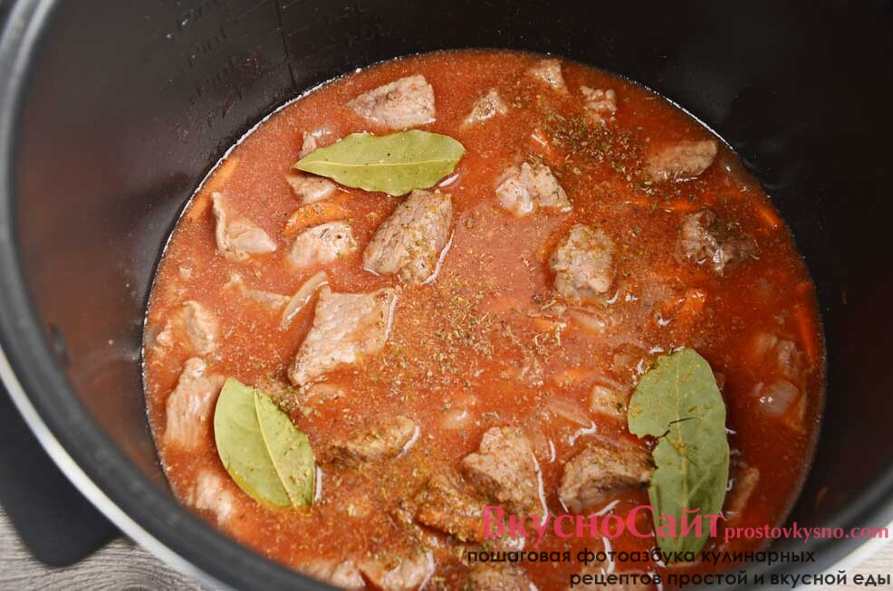добавляю томатную пасту, лавровый лист и вливаю 150 мл воды, перемешиваю устанавливаю режим Тушение и готовлю под крышкой 10 минут