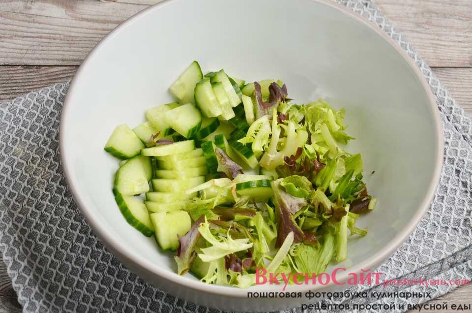 в салатницу отправляю салатный микс, а также свежий нарезанный огурец
