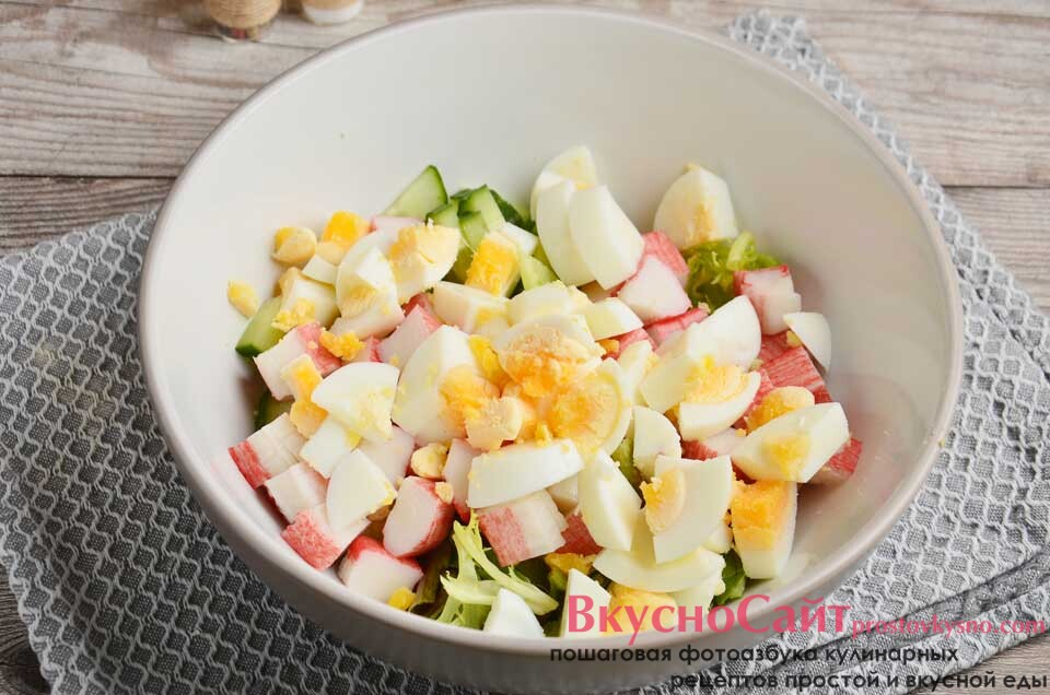 сваренные вкрутую яйца очищаю и нарезаю кубиками, не слишком мелкими, перекладываю в салатник