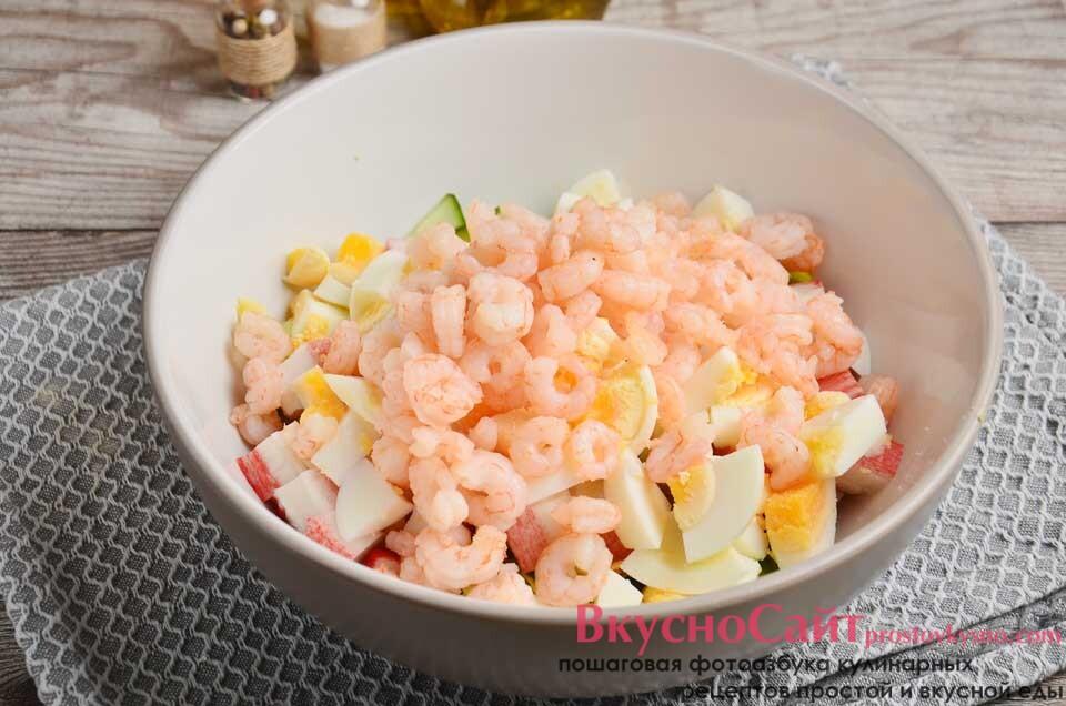 добавляю в салатник обжаренные креветки, немного солю, заправляю маслом и перемешиваю