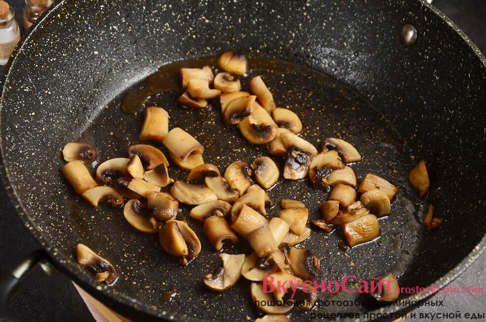 раскаляю на сковороде масло и обжариваю грибы минут 5, солю и добавляю немного специй