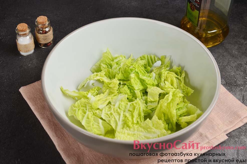 пекинскую капусту мою, зеленую часть нарезаю полосками и перекладываю в миску