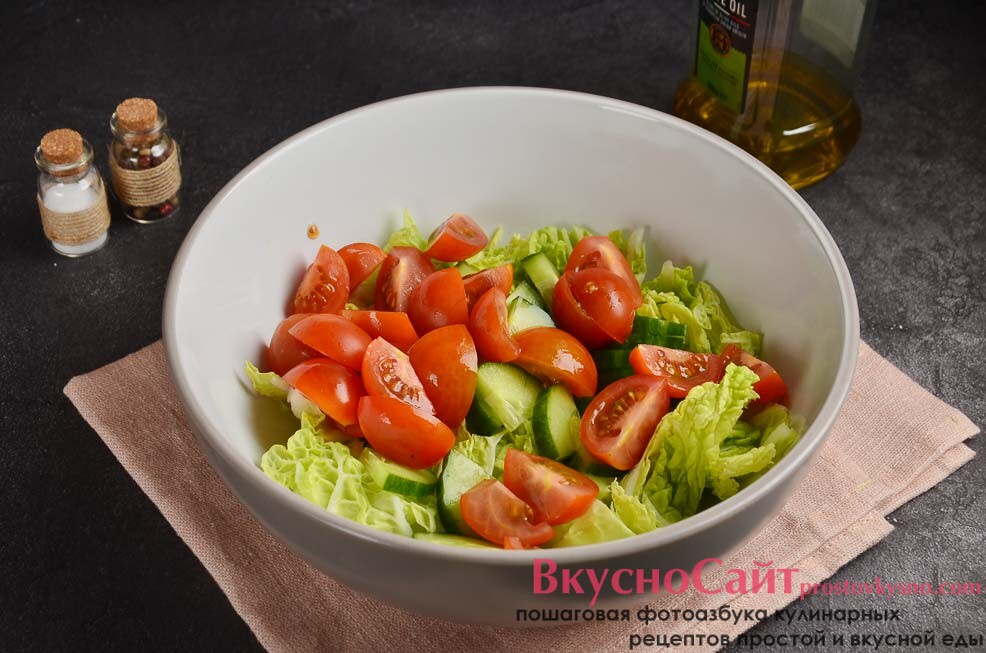 помидоры черри нарезаю четвертинками, затем отправляю в салатник