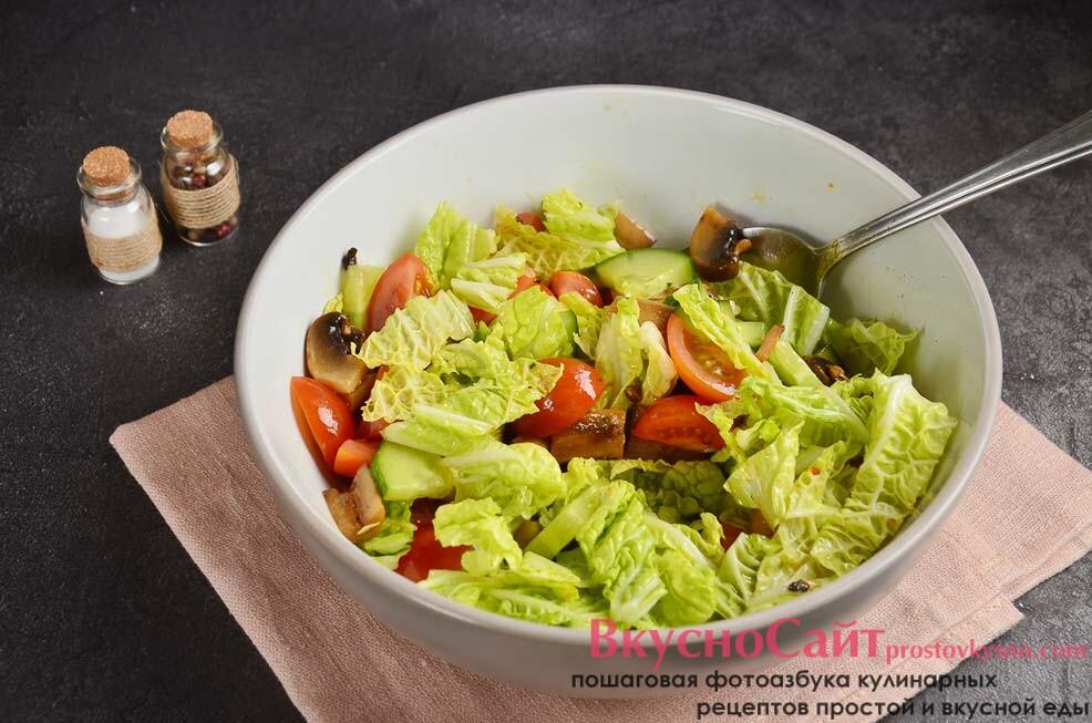 солю салат по вкусу, добавляю специи и заправляю растительным маслом, перемешиваю