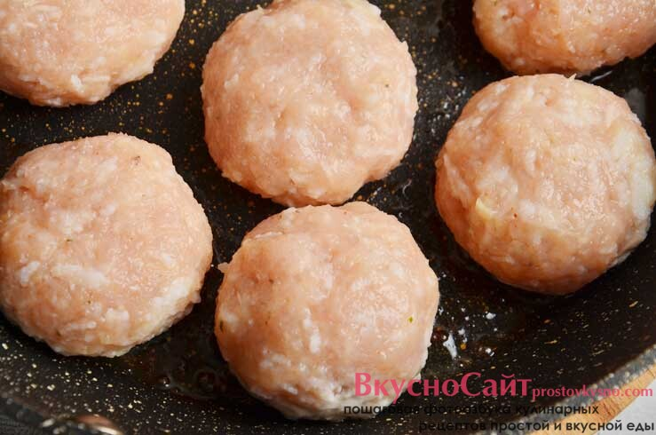 раскаляю масло на сковороде, влажными руками леплю небольшие круглые тефтели и выкладываю обжариваться