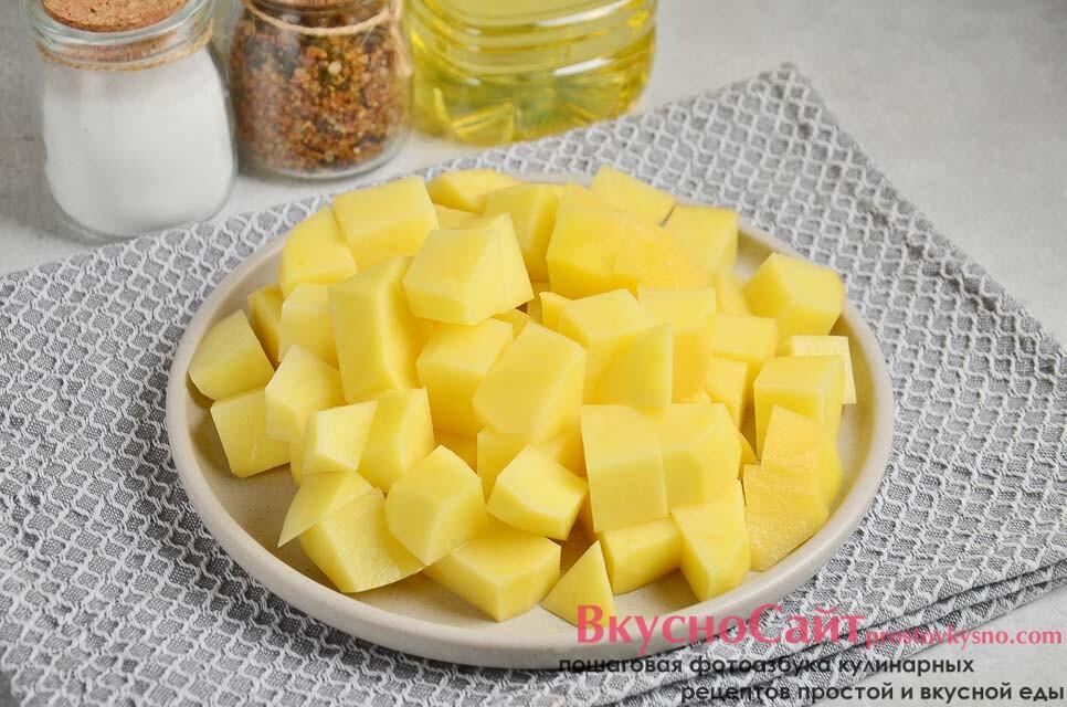 картофель очищаю от кожуры, затем мою и нарезаю небольшими кубиками