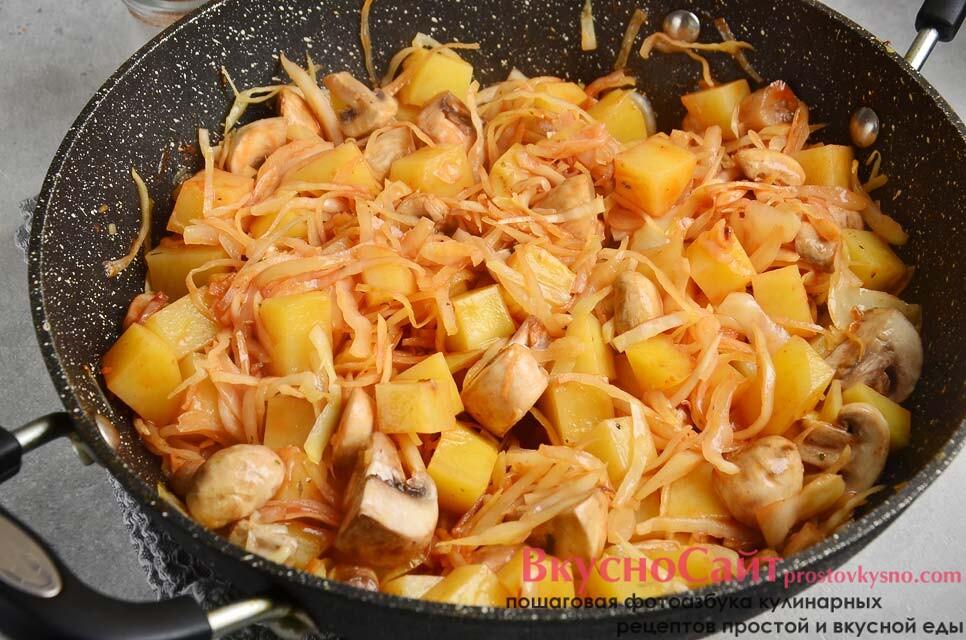 томатную пасту смешиваю с водой, выливаю в сковороду и перемешиваю, томлю под крышкой еще 15 минут