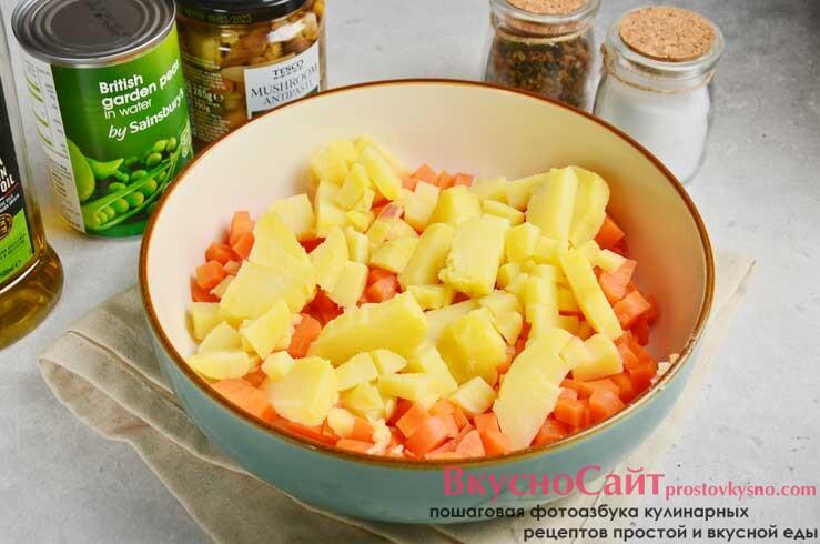 очищенный картофель нарезаю кубиками аналогичного размера и перекладываю к моркови