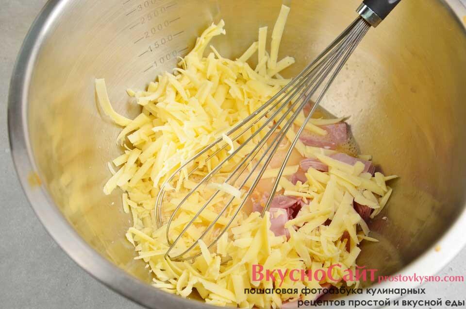 твердый сыр натираю и также отправляю в миску, продолжаю перемешивать