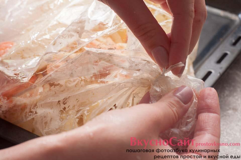 завязываю рукав с картофелью и курицей перед отправкой в духовку