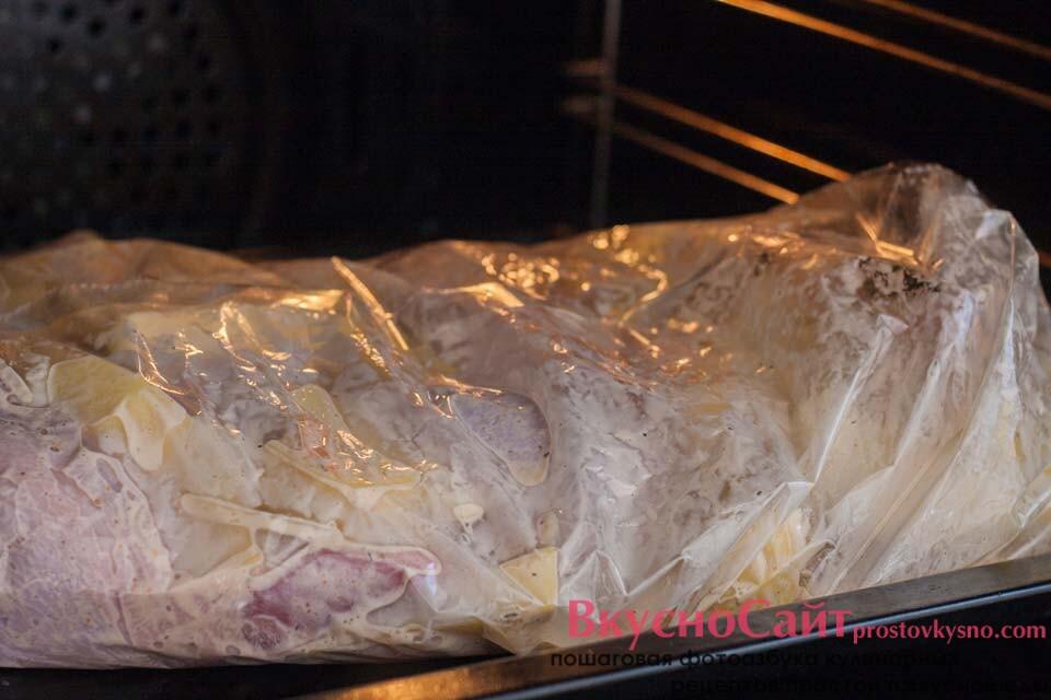 отправляю картофель с курицей в рукаве в духовке