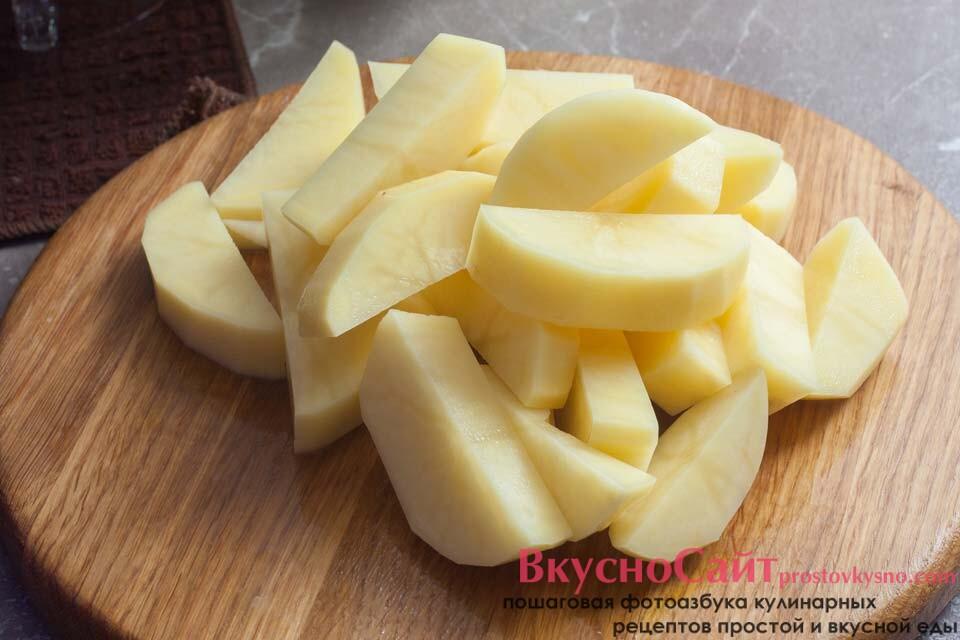 очищенный и вымытый картофель режу крупными кусками