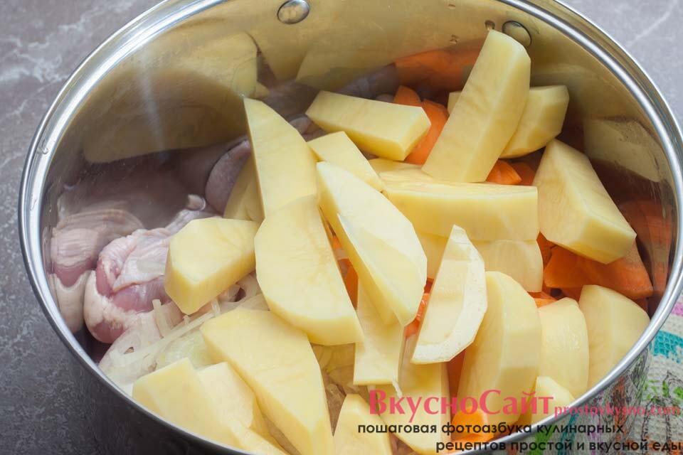 картофель добавляю к остальным ингредиентам
