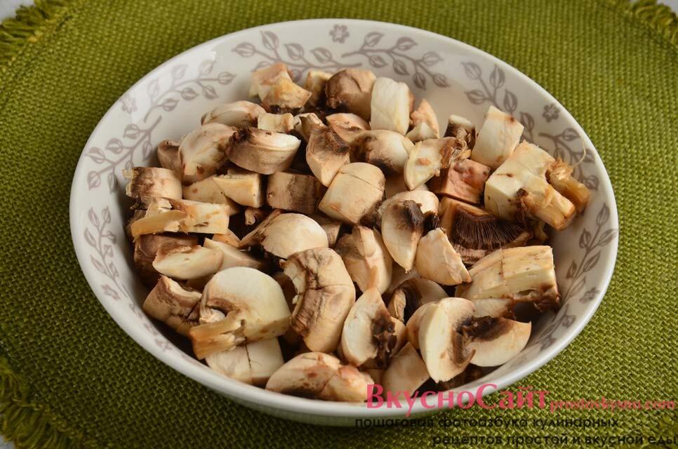 грибы я разрезаю на несколько частей, сразу же ставлю вариться пшеничную кашу – беру две части воды и одну часть крупы, солю