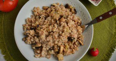 Пшеничная каша с грибами и жареным луком