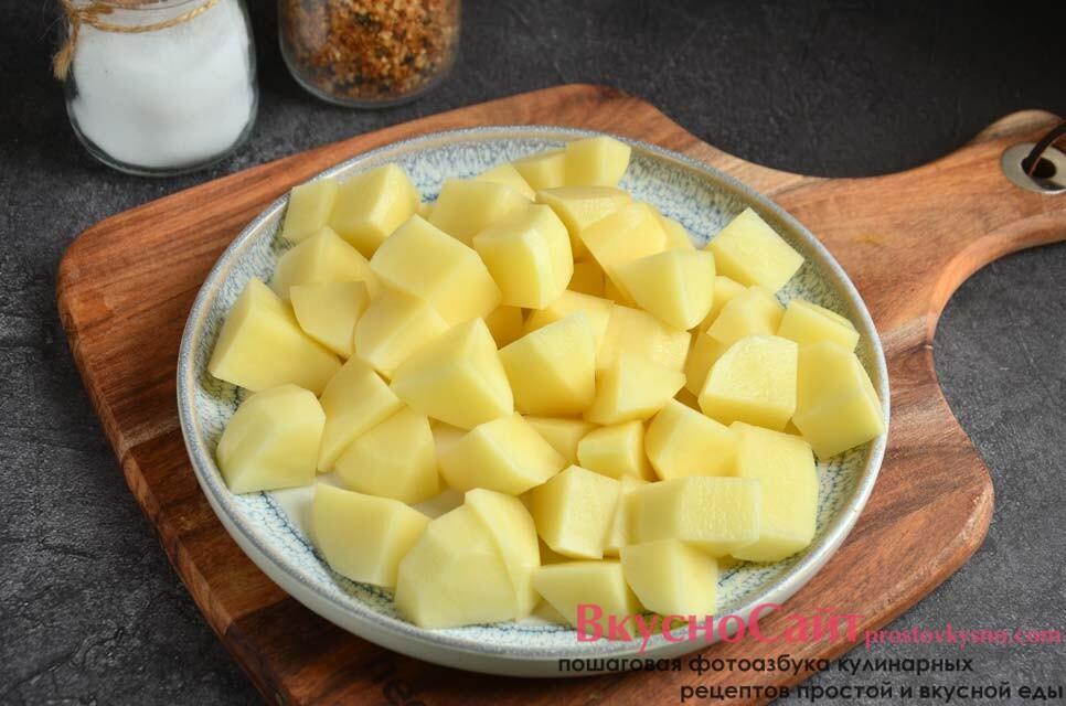 очищенные от кожуры клубни картофеля нарезаю кусочками