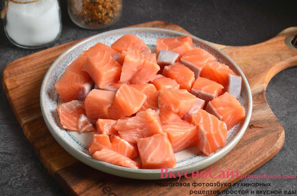 нарезаю филе семги не слишком мелко, спустя четверть часа отправляю рыбу в суп и жду окончания варки