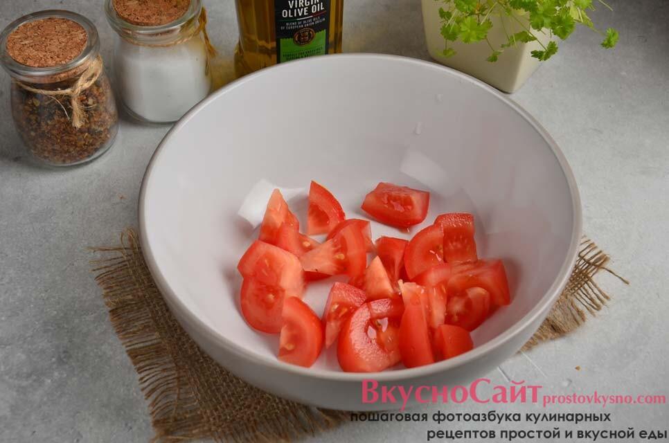 нарезаю помидоры и кладу в салатник