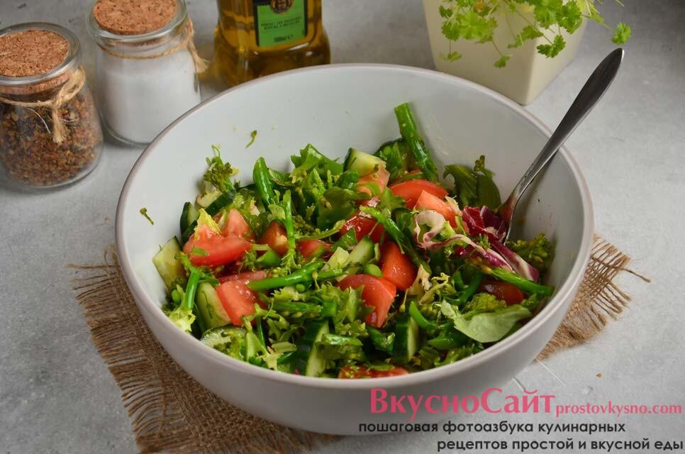 слегка солю салат и добавляю щепотку специй, заправляю ароматным растительным маслом и перемешиваю