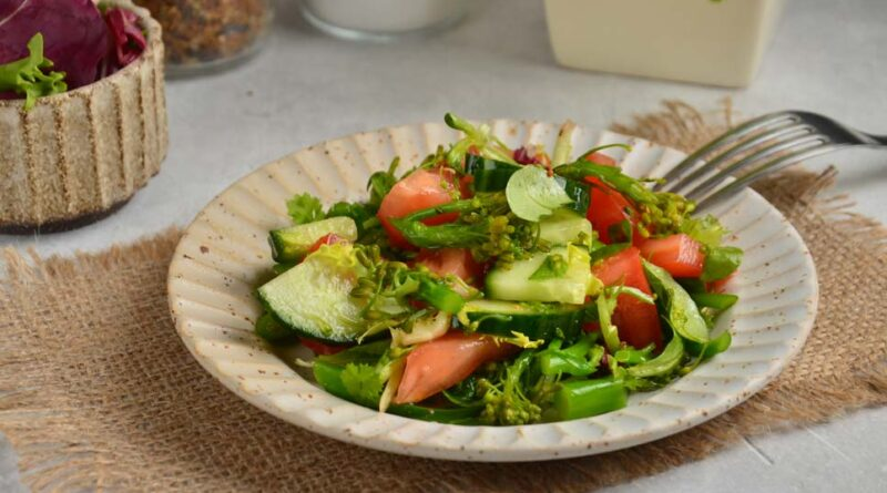 Салат из свежей брокколи с помидорами