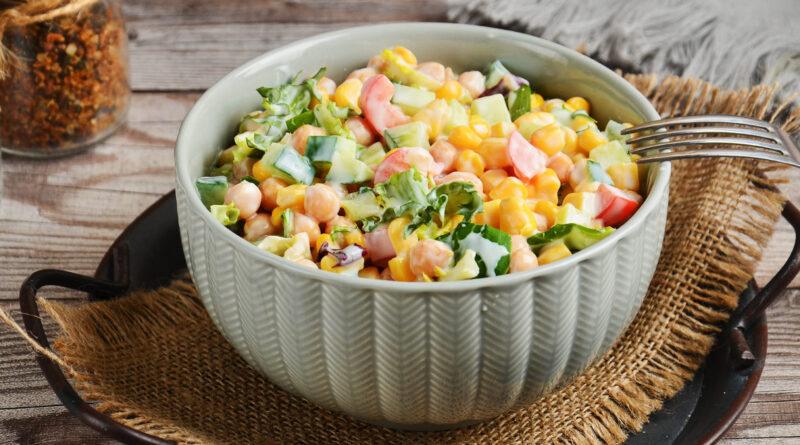 Салат с нутом и кукурузой