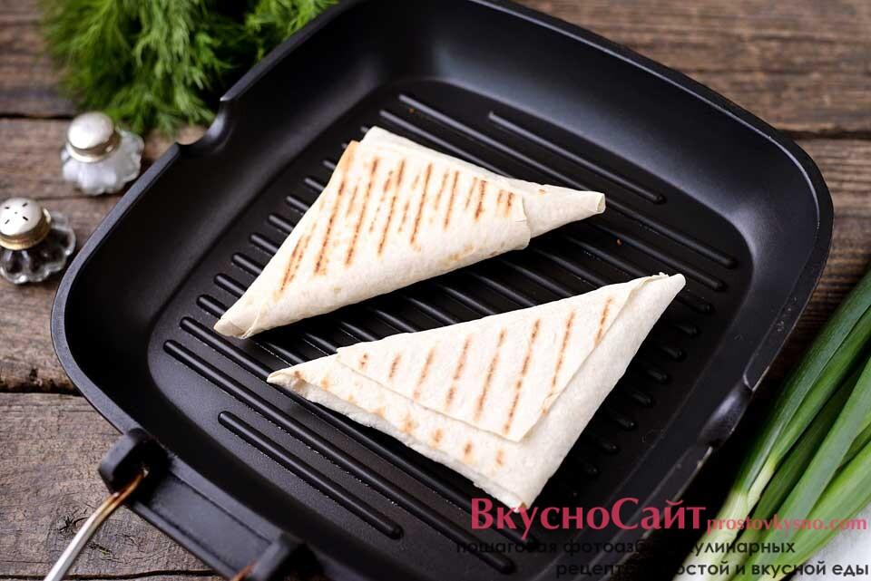 разогреваю сковороду-гриль и немного смазываю оливковым маслом, выкладываю треугольники из лаваша с сулугуни на сковороду и обжариваю на тихом огне по минуты три с каждой стороны