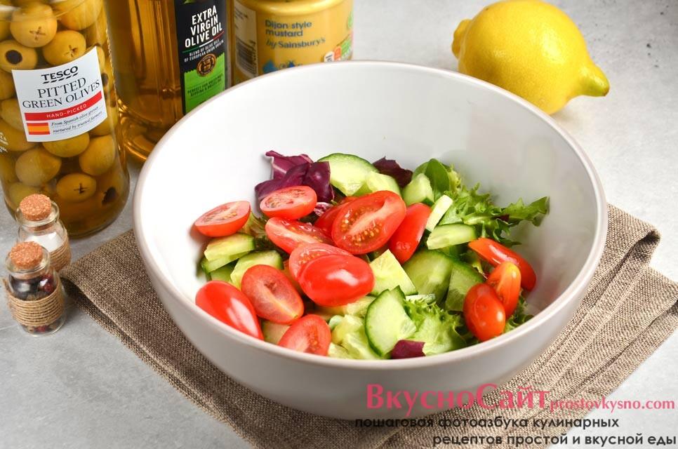 помидоры мою и нарезаю, перекладываю в салатник
